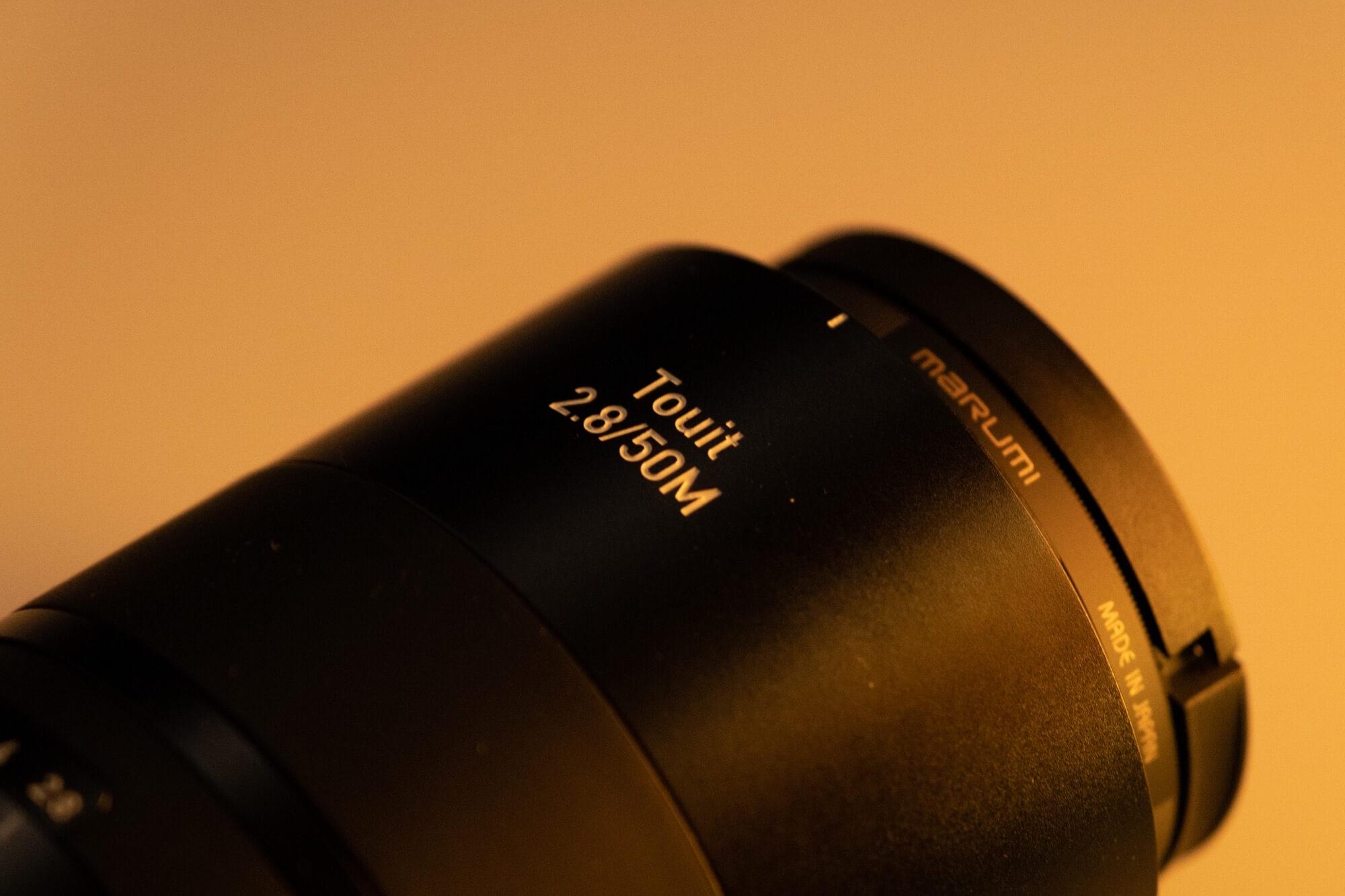 軽快に撮影できるXマウントのマクロレンズ。 Carl Zeiss「Touit 2.8/50M」レビュー。